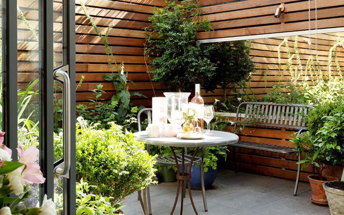 Walled-Courtyard-Patio-Garden-920x920