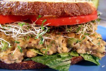 ساندویچ سبزیجات با سس مخصوص