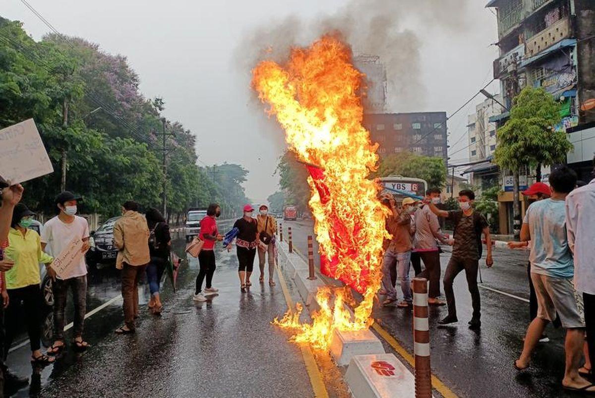 سوزاندن پرچم چین در اعتراضات میانمار!