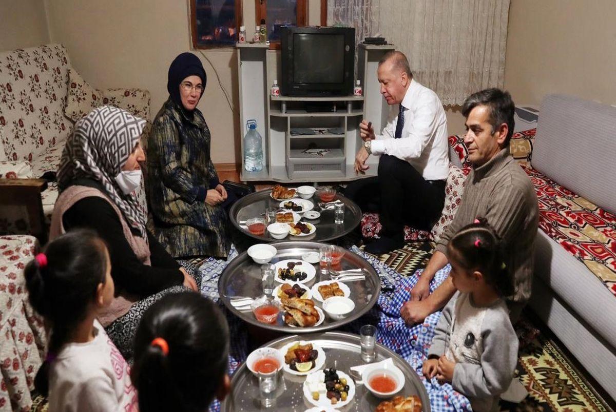 آقای رئیس جمهور و همسرش میهمان افطار شهروندی عادی