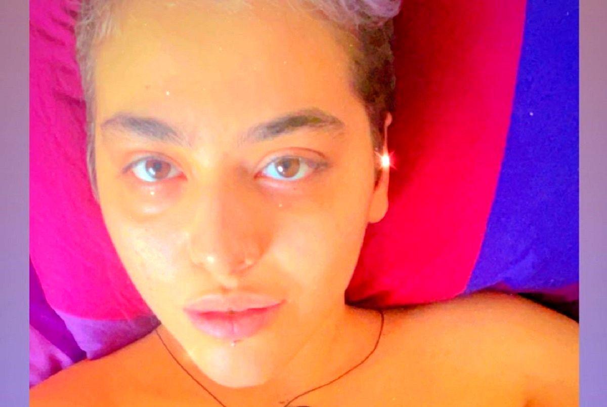عکس ریحانه پارسا با پوشش نامناسب در تخت خواب