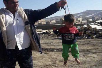 (عکس) کودک آزاری دردناک با تسبیح برای تعدادی لایک!